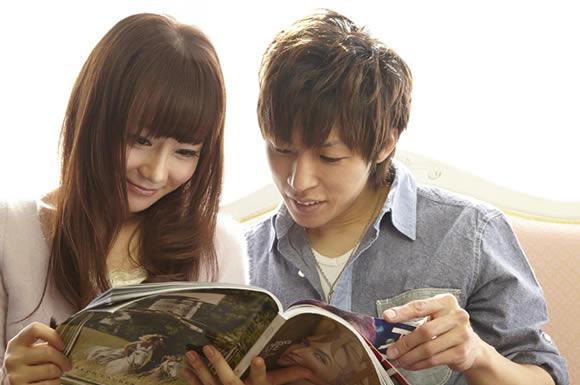 雑誌を見るカップル