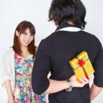 プレゼント隠し持つ男性