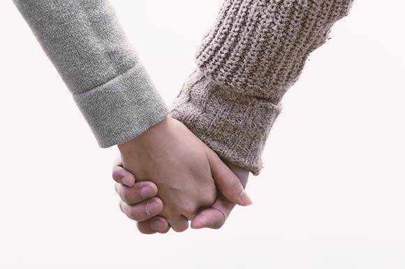 手をつないだ二人