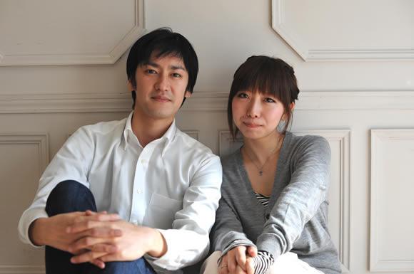 壁際に座るカップルの情緒