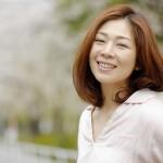 桜の下の女性