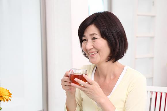 茶を飲む女性