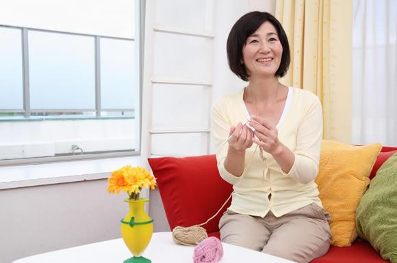 毛糸編む女性