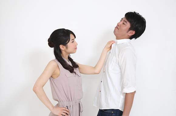 シャツの首締められる女性