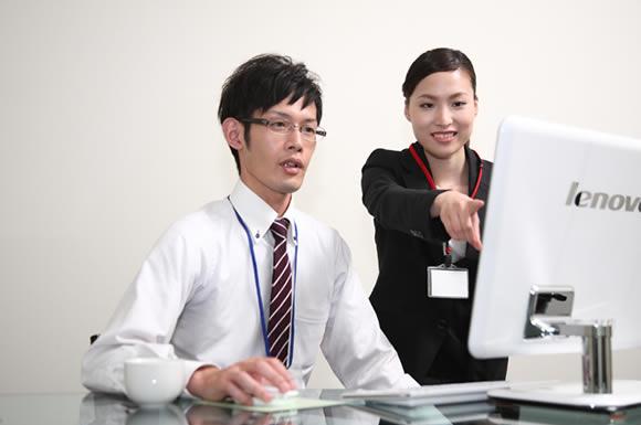 パソコンの前で議論する二人