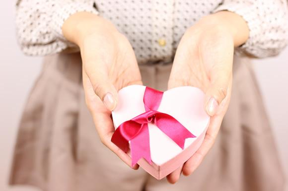 恋人にプレゼントを渡す女性