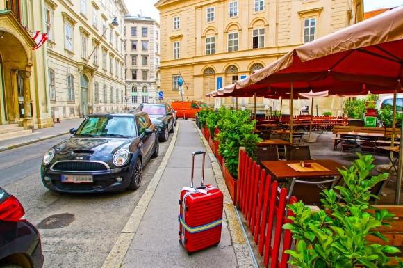 スーツケースと街中