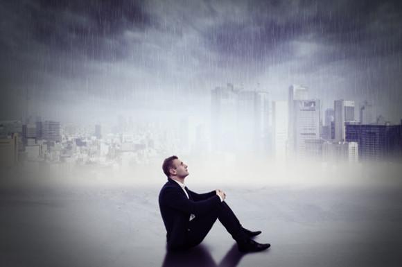 雨の中の男性